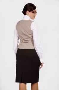 Kamizelka jako odziez hotelowa jest dostępna w wielu kolorach - tu beżowy.