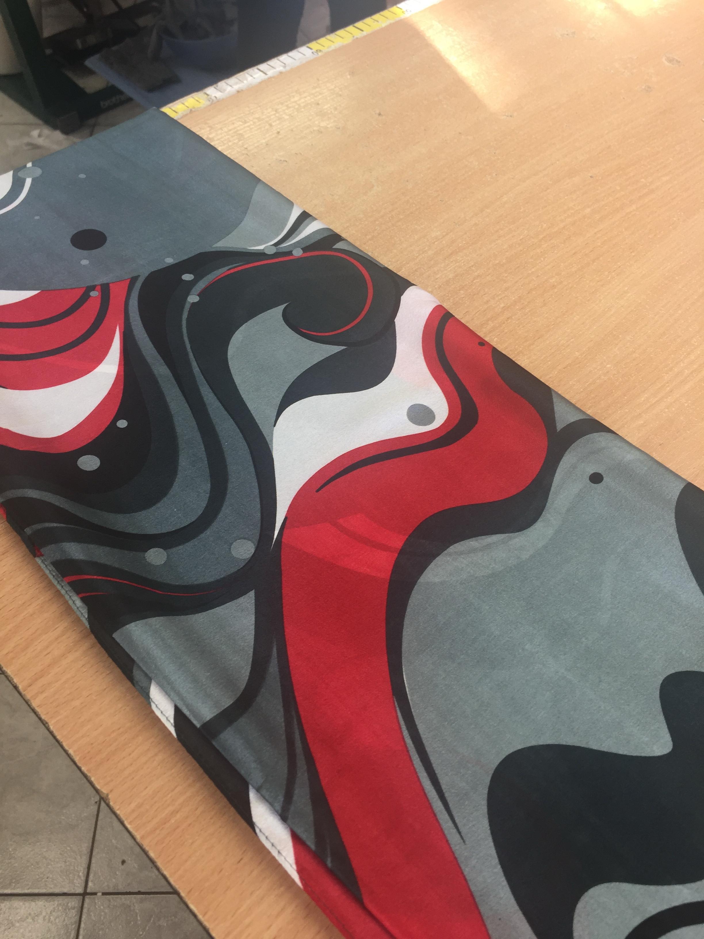 odziez-hotelowa-apaszka-szyfonowa-jedwabna-recepcja-obsluga-konferencji-ubranie-szara-czerwona